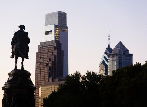 Pennsylvania「USA, Pennsylvania, Philadelphia, Silhouette of statue, Skyscrapers in background」:スマホ壁紙(3)