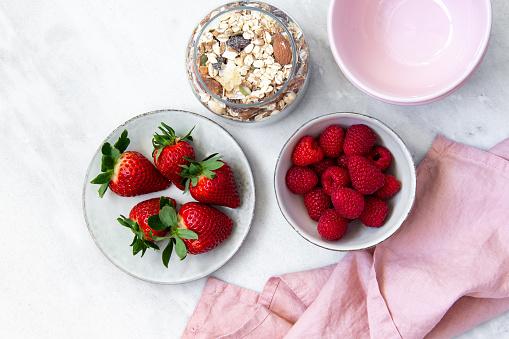 Raspberry「granola with bowl raspberries, strawberry, blueberry on marble textured background」:スマホ壁紙(14)