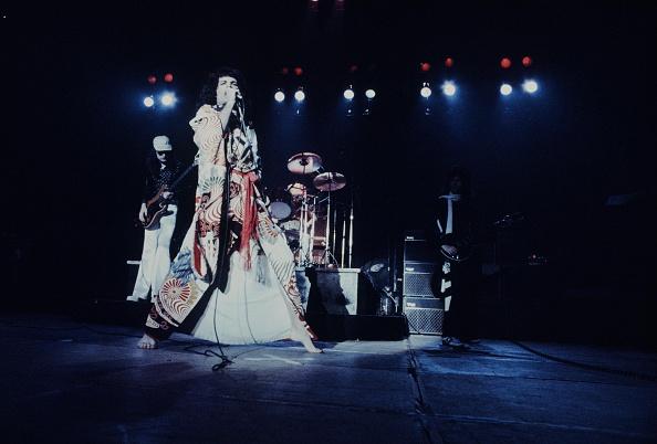 着物「Freddie Mercury Singing In Kimono At Nippon Budokan」:写真・画像(11)[壁紙.com]