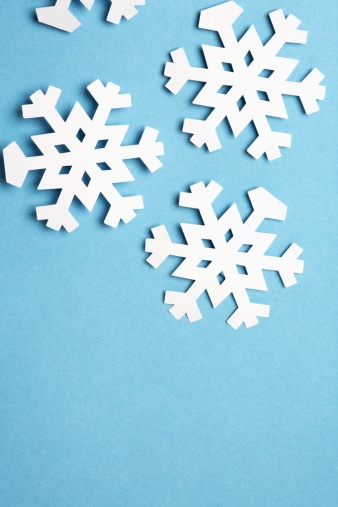 雪の結晶「Paper snowflakes on blue background (close-up)」:スマホ壁紙(18)