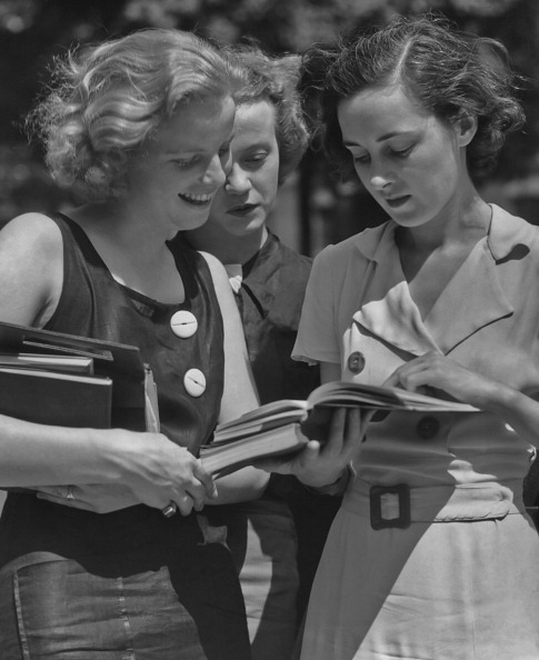 Only Women「Students Reading Outside」:写真・画像(1)[壁紙.com]