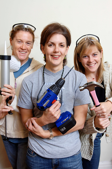 DIY「Three female DIY enthusiasts with power tools UK」:写真・画像(3)[壁紙.com]