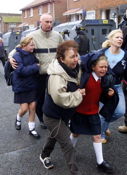 Religion「Bomb Blast Rocks Police Escorting Belfast Children」:写真・画像(18)[壁紙.com]