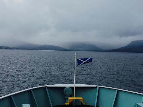 アーラン島「Prow of ferry approaching Isle of Arran with Scottish flag」:スマホ壁紙(13)
