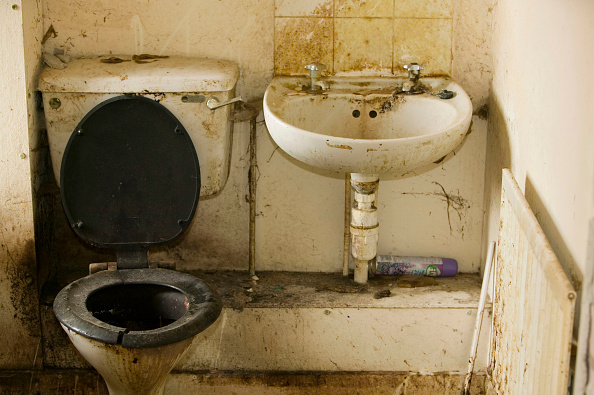 Unhygienic「A disgustingly dirty bathroom in an abandoned council house in Carlisle Cumbria UK」:写真・画像(0)[壁紙.com]
