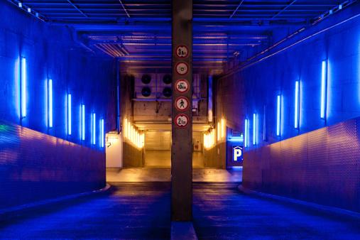 Neon「Empty Undergound Parking at Night」:スマホ壁紙(17)