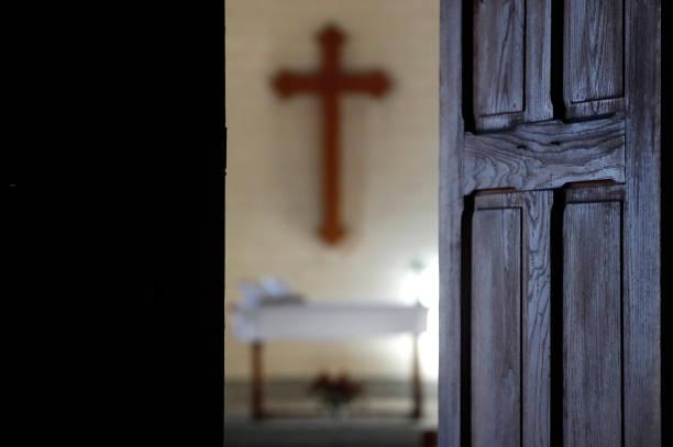 Protestant church.  Altar and christian cross.  France.:スマホ壁紙(壁紙.com)