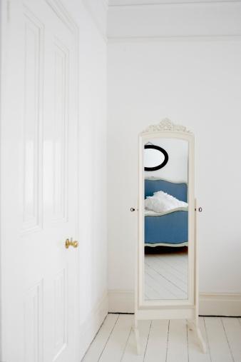 Bedroom「Empty bedroom with mirror and bed」:スマホ壁紙(4)