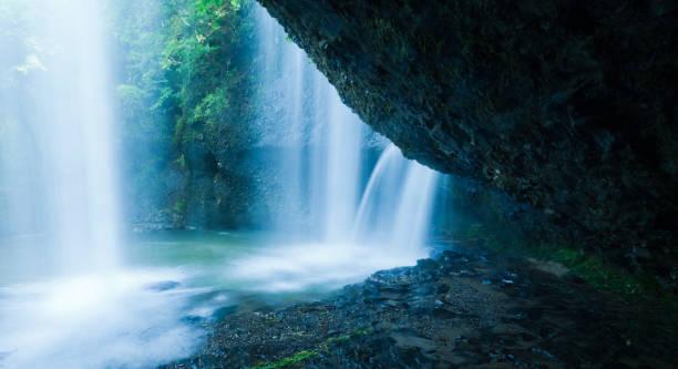 Waterfalls Behind the Cliff:スマホ壁紙(壁紙.com)