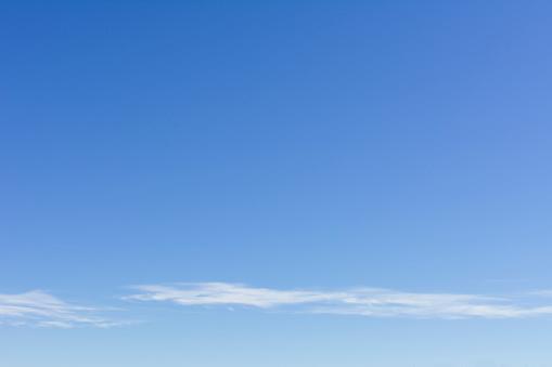 巻積雲「Clear blue sky with scattered clouds」:スマホ壁紙(10)