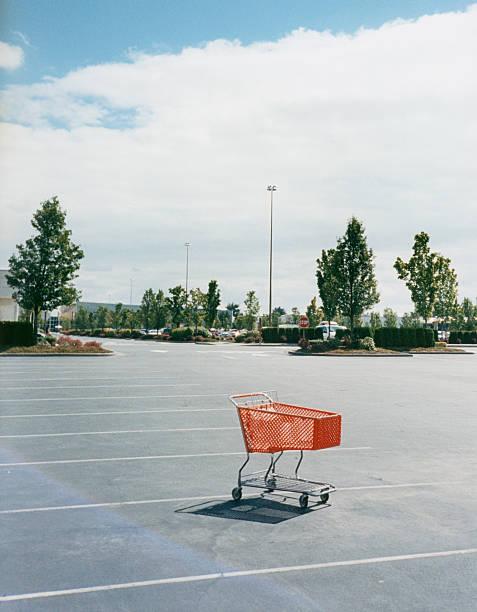 Shopping Cart in Parking Lot:スマホ壁紙(壁紙.com)