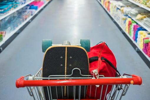 スポーツ用品「Shopping cart with skateboard and bag」:スマホ壁紙(6)