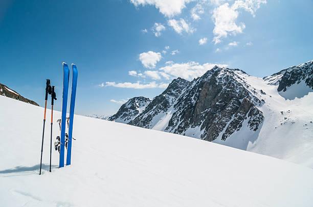 冬の山でのスキー風景:スマホ壁紙(壁紙.com)