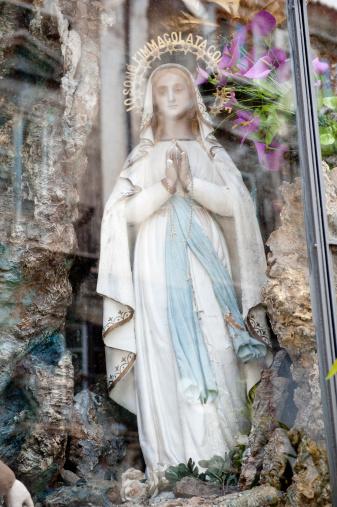 Virgin Mary「Statue of Virgin Mary in a religious shrine」:スマホ壁紙(15)