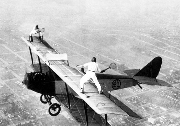 飛行機「Ivan Unger and Gladys Roy playing tennis on the roof of a flying plane 1925」:写真・画像(0)[壁紙.com]