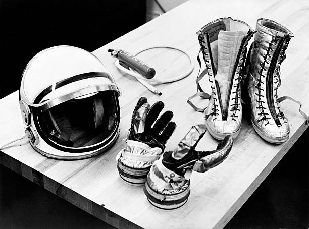 Components of the Mercury spacesuit included gloves, boots and a helmet.:スマホ壁紙(壁紙.com)