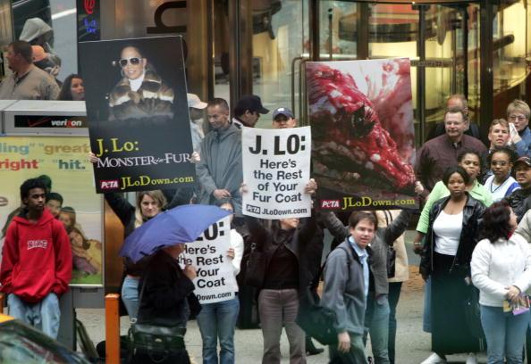 MTV Times Square Studios「Anti-Fur Activists Shadow Jennifer Lopez At MTV Appearance」:写真・画像(6)[壁紙.com]
