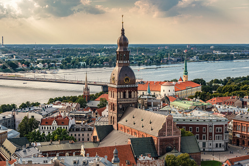 Cathedral「Latvia, Riga, cityscape with cathedral, castle and Vansu Bridge」:スマホ壁紙(3)