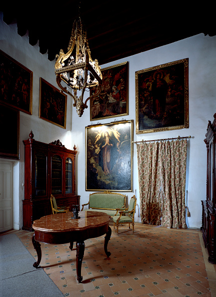 Tiled Floor「Framed picture in living room with furniture and chandelier」:写真・画像(11)[壁紙.com]