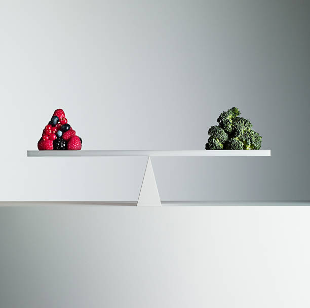 Berries and broccoli balanced on opposite ends of seesaw:スマホ壁紙(壁紙.com)