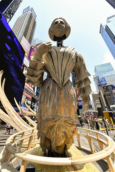 ミッドタウンマンハッタン「Artist Mel Chin's 'Wake' And 'Unmoored' Unveiled In Times Square」:写真・画像(15)[壁紙.com]