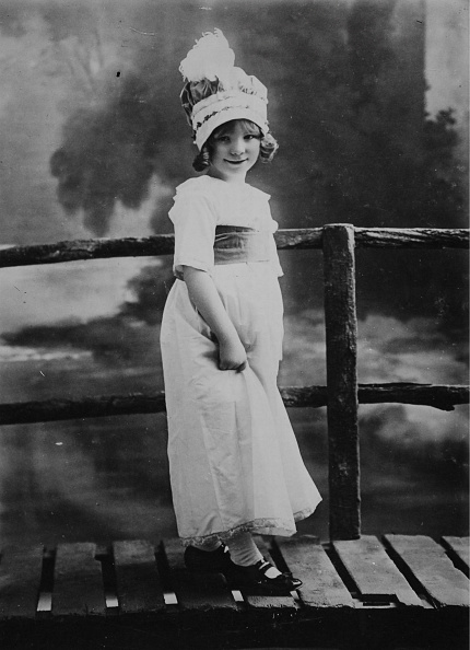 Simplicity「Little Girl In A White Dress And Bonnet Simple」:写真・画像(15)[壁紙.com]