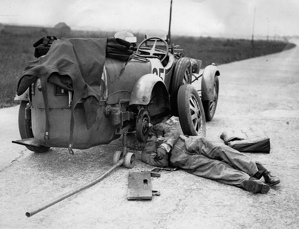 Racecar「Lord Howe changing the rear wheel of his Bugatti car (No. 25) which he is driving with Captain Malcolm Campbell during the Double Twelve Hour Race on the motor racing circuit Brooklands. United Kingdom. Photographie. May 10, 1930. 」:写真・画像(18)[壁紙.com]
