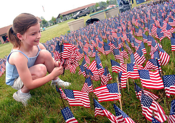 Grass「Sixty Thousand American Flags Set Up In Size And Shape Of Vietnam Veterans Memorial」:写真・画像(4)[壁紙.com]