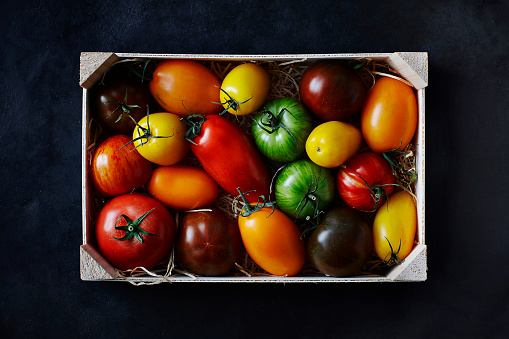 Beefsteak Tomato「Different tomatoes in wooden box」:スマホ壁紙(12)