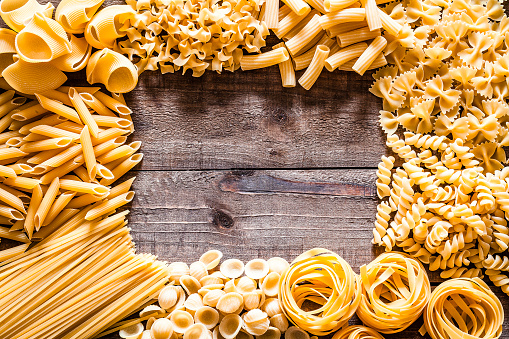 Dietary Fiber「Different types of Italian pasta making a frame on rustic wooden table」:スマホ壁紙(17)
