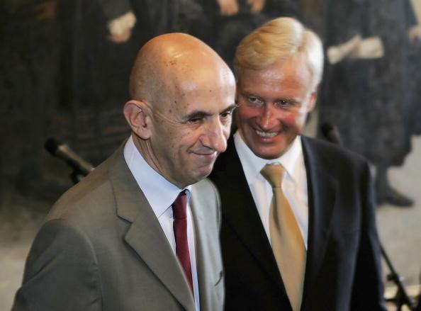 Wooden Post「Mayor Ole von Beust Meets New Airbus CEO Louis Gallois」:写真・画像(5)[壁紙.com]