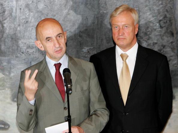 Wooden Post「Mayor Ole von Beust Meets New Airbus CEO Louis Gallois」:写真・画像(4)[壁紙.com]