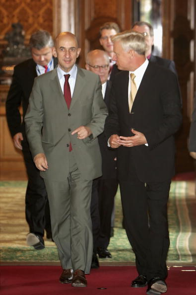 Wooden Post「Mayor Ole von Beust Meets New Airbus CEO Louis Gallois」:写真・画像(8)[壁紙.com]