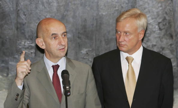 Wooden Post「Mayor Ole von Beust Meets New Airbus CEO Louis Gallois」:写真・画像(2)[壁紙.com]