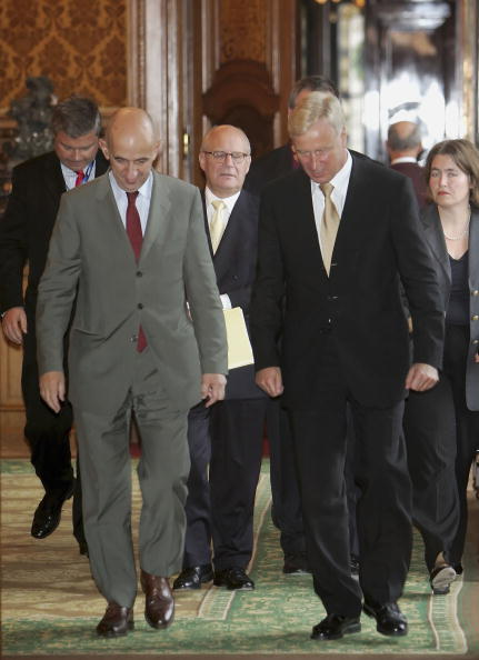 Wooden Post「Mayor Ole von Beust Meets New Airbus CEO Louis Gallois」:写真・画像(6)[壁紙.com]