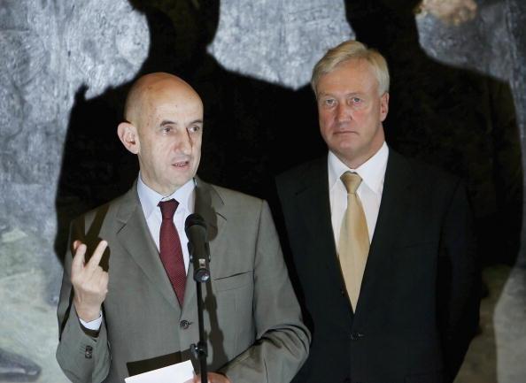 Wooden Post「Mayor Ole von Beust Meets New Airbus CEO Louis Gallois」:写真・画像(7)[壁紙.com]