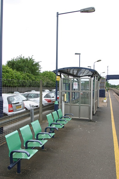Finance and Economy「Seating and waiting facilities on the platform at Widney Manor station」:写真・画像(6)[壁紙.com]