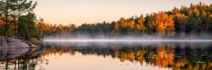 秋「森の中の静かな湖」:スマホ壁紙(12)
