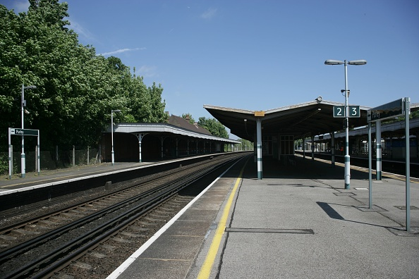Finance and Economy「General platform view of Purley station in Greater London England. 2007」:写真・画像(4)[壁紙.com]