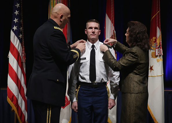 Daniel Gi「Army Chief Of Staff Gen. Ray Odierno Swears In Command Sgt. Maj. Daniel Dailey」:写真・画像(9)[壁紙.com]