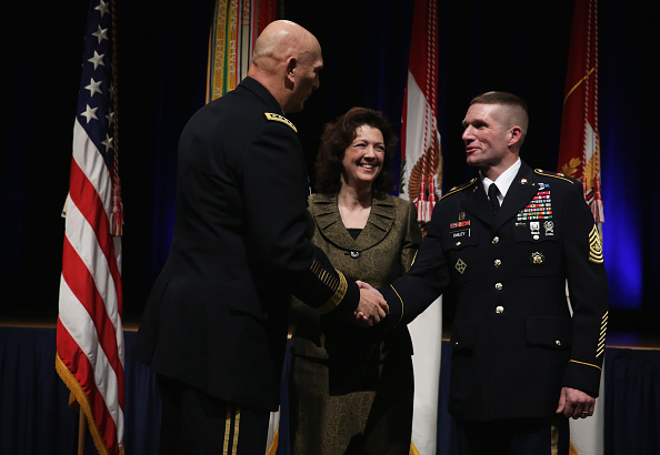 Daniel Gi「Army Chief Of Staff Gen. Ray Odierno Swears In Command Sgt. Maj. Daniel Dailey」:写真・画像(13)[壁紙.com]
