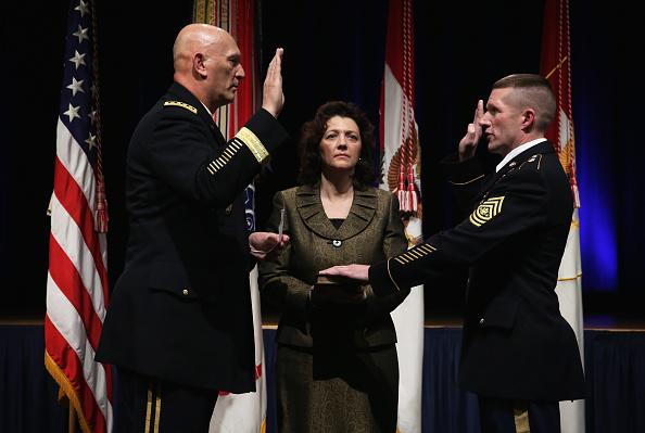 Daniel Gi「Army Chief Of Staff Gen. Ray Odierno Swears In Command Sgt. Maj. Daniel Dailey」:写真・画像(17)[壁紙.com]