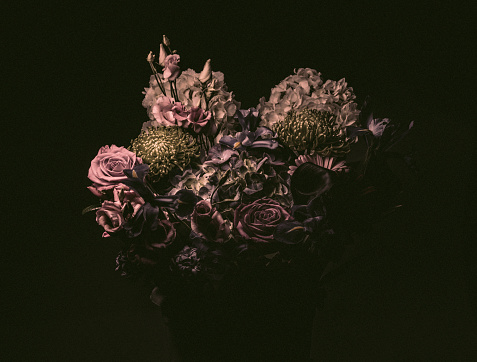 Dark「Elegant flower bouquet, moody lighting」:スマホ壁紙(4)