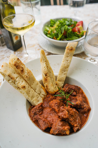 Boar「Wild boar in tomato sauce with bread and salad」:スマホ壁紙(11)