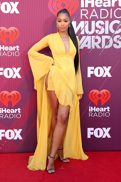 Bell Sleeve「2019 iHeartRadio Music Awards - Red Carpet」:写真・画像(6)[壁紙.com]