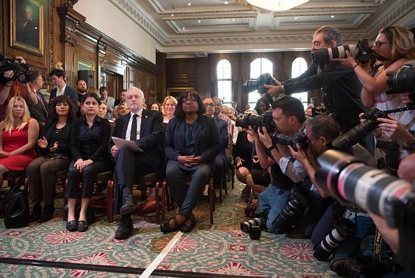 座る「Jeremy Corbyn Resumes Election Campaign With Press Conference On Defence」:写真・画像(16)[壁紙.com]