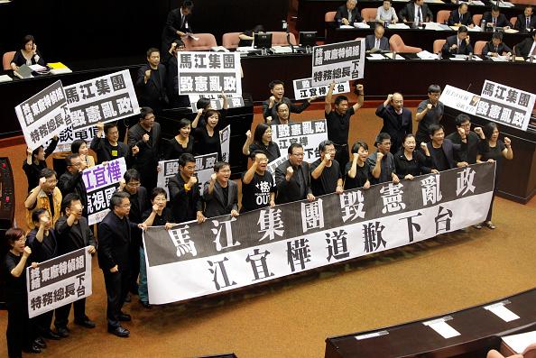 Demanding「Taiwan's Parliament Hold Legislative Session Amid Lobbying Scandal」:写真・画像(6)[壁紙.com]