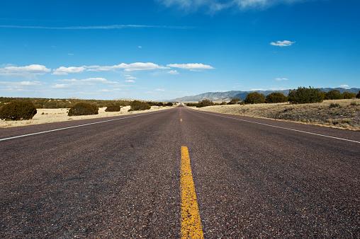 中心「ニュー メキシコ州の長い砂漠の道」:スマホ壁紙(15)