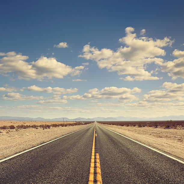 Long desert road:スマホ壁紙(壁紙.com)