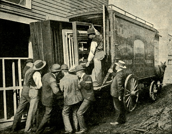 Cooperation「Loading The Camera On A Van For Removal」:写真・画像(15)[壁紙.com]